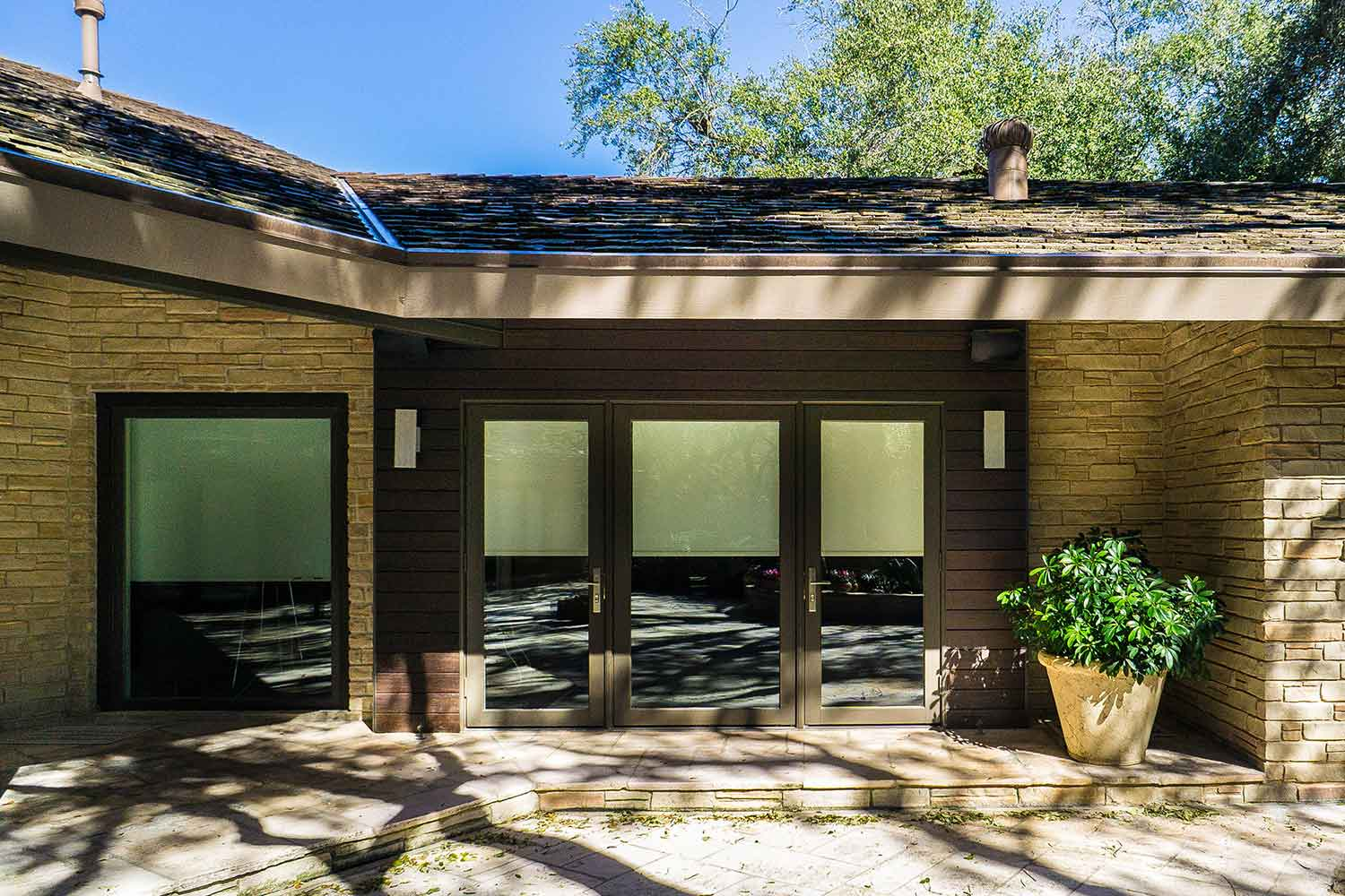 Within the vibrant neighborhood of Olmos Park in San Antonio, Texas, rests this beautiful ranch-style stone home.  When architect Elizabeth D. Haynes was given the task of designing the remodel and new addition to the home, she turned to Voyles Orr Construction to make the dream a reality.  Haynes chose dassoXTR RainClad Siding for the exterior around the home. This product is made from Fused Bamboo® that uses a clip system to produce a seamless rainscreen siding.  The equally stunning and strong Ipe-like appearance gives a wonderful contrast to the stone exterior.